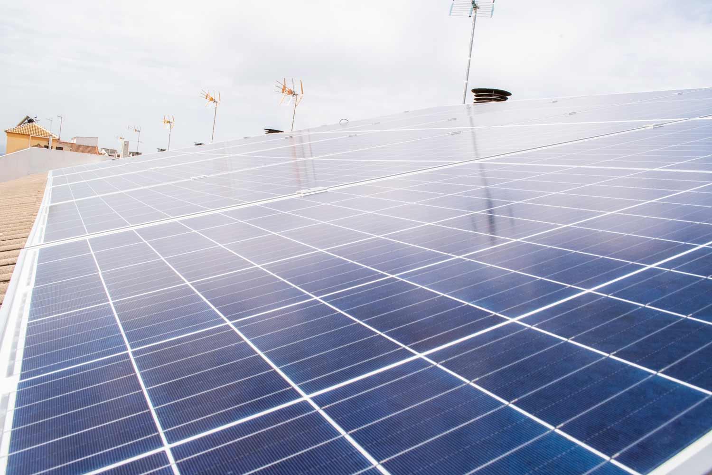 Una instalación de placas solares en el tejado de una vivienda
